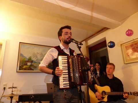 Jonathan Zelter gibt privates Wohnzimmer-Konzert