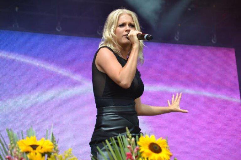 Julia Lindholm zeigt sich von ganz neuer Seite