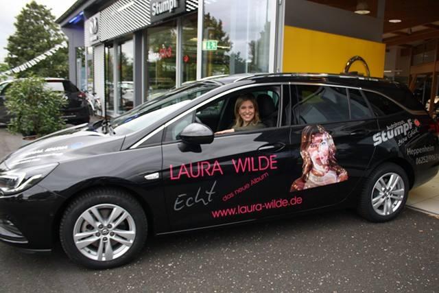 Laura Wilde mit ECHT coolem Gefährt auf Tour