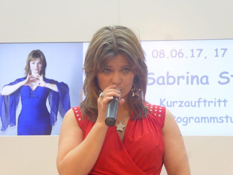 Sabrina Stern singt im Allee-Center in Hamm