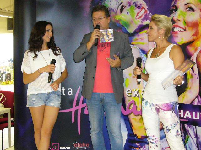 Hautkontakt mit den Fans – Anita und Alexandra Hofmann auf Autogrammstundentour!