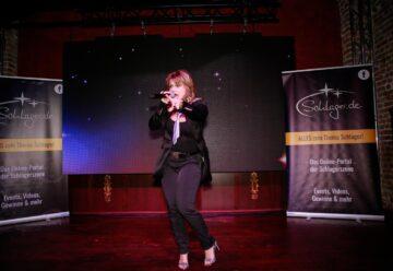 """Fans singen """"Weihnachtszeit"""" mit Sabrina Stern"""