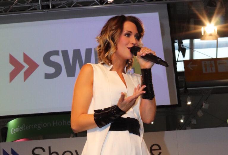 Madeline Willers feiert Songpremiere auf Reisemesse