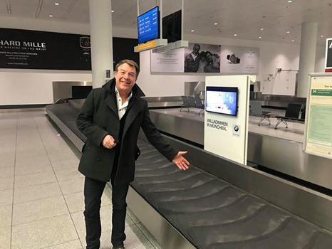 """Patrick Lindner: """"…ein ganzer Flieger verliert das Gepäck?"""""""