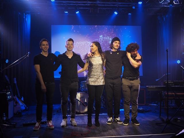 Natasha Sass: Jede Menge Überraschungsgäste beim ersten Live-Auftritt