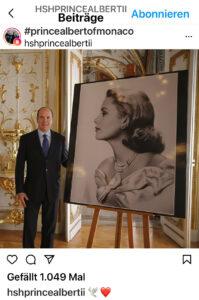 Fürst Albert II. neben dem Gemälde seine rmUtter Fürstin Gracia Patricia