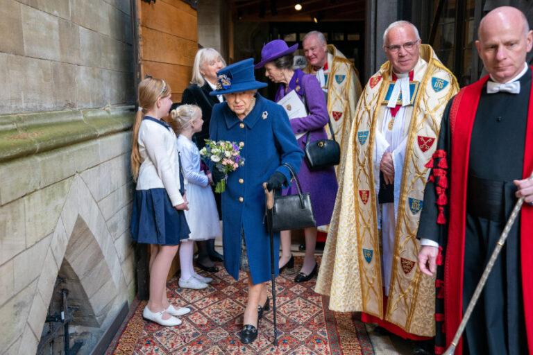 Queen Elizabeth II: Sie muss am Stock gehen